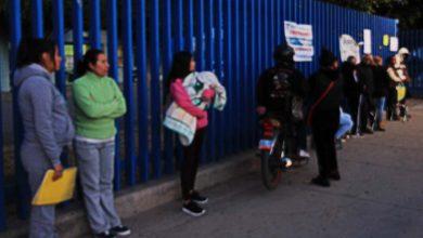 Photo of Bebé con gripe espera en la calle a 8º para una consulta médica