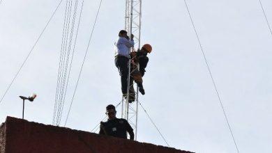 Photo of Funcionario se sube a una antena tras ser despedido