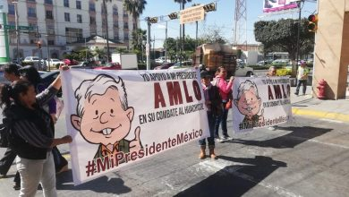 Photo of Pegan calcomanías de apoyo a AMLO en GTO
