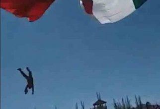 Photo of Soldado se enreda en la bandera nacional y cae desde 7 metros