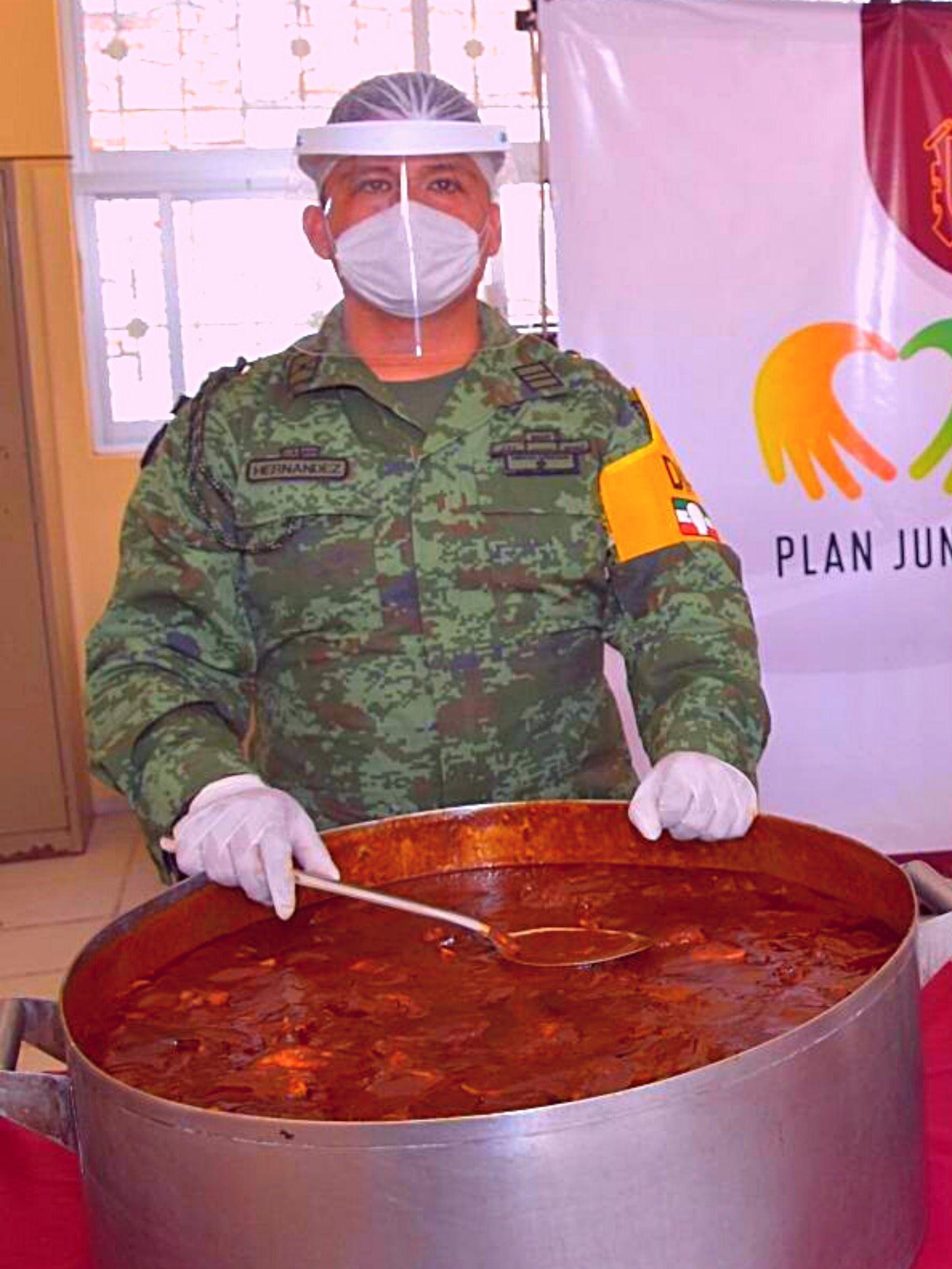 Los elementos del Ejército son quienes preparan los alimentos.