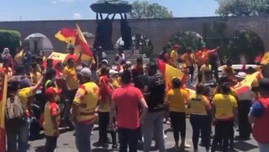Photo of Futbol y Covid: en Morelia protestan con cubrebocas para que no vendan al equipo