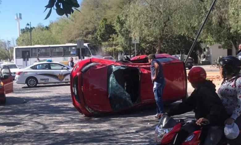Un auto se volteó en bulevar Delta