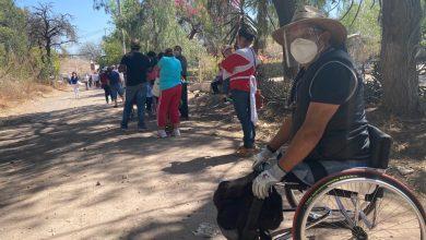 Photo of Abuelitos foráneos hacen fila bajo el sol para vacunarse en Cortazar