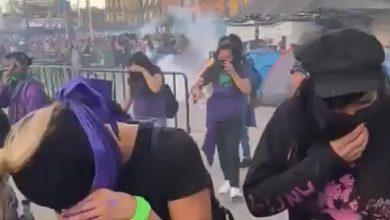 Photo of Arrojan gas pimienta a mujeres afuera del Palacio Nacional