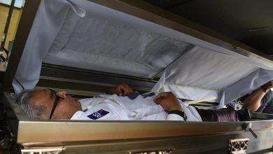 Photo of Candidato del PES sale de un ataúd para iniciar campaña