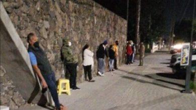 Photo of Duermen en la calle para recibir la vacuna en Celaya