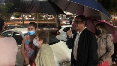 Photo of Abuelitos leoneses se forman bajo la lluvia para esperar la vacuna